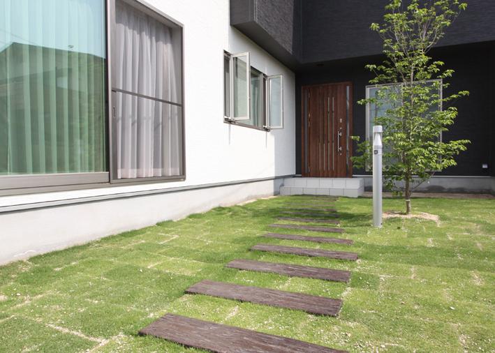 白と黒の外壁に木調の玄関ドアがよく映える明るくて落ち着いた家 | アイムの家|岡山倉敷の住宅会社(工務店)